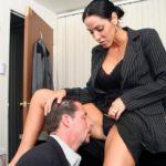 я кончил прямо в нее в ее вагину, а начальница расслабленно затихла