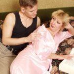 Похотливый доктор и страстная теща: оргия